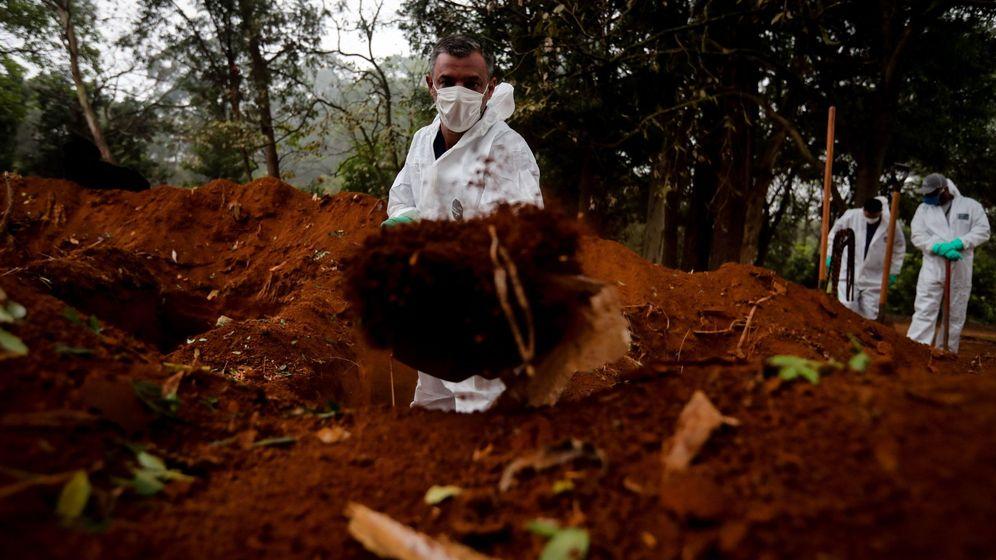 Foto: Un sepulturero, trabajando. (EFE)