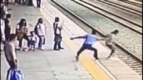 ¡Heroico! Este hombre evita que una mujer se lance a las vías del tren
