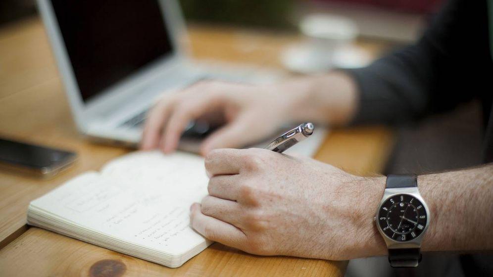 Foto: Un trabajador de oficina toma notas. (Pixabay)