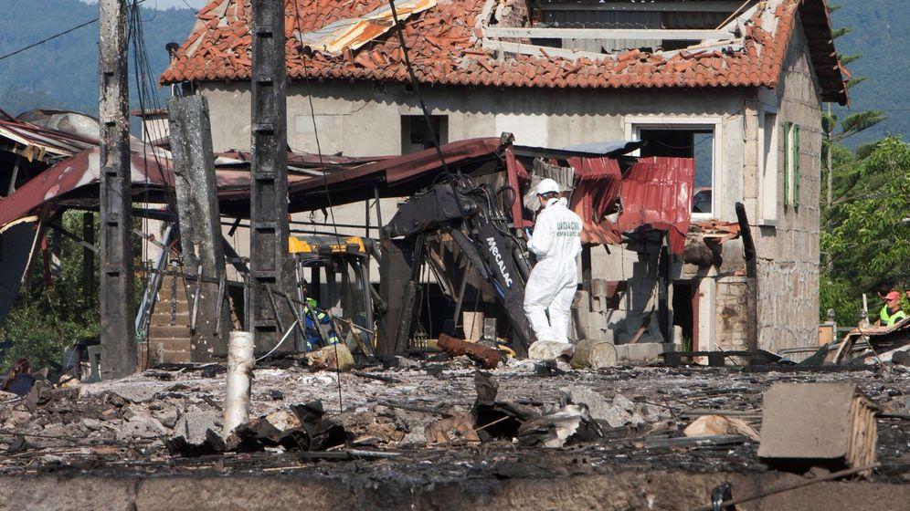 Foto: Equipos de desactivación de explosivos y desescombro siguen trabajando en la parroquia de Tui. (EFE)