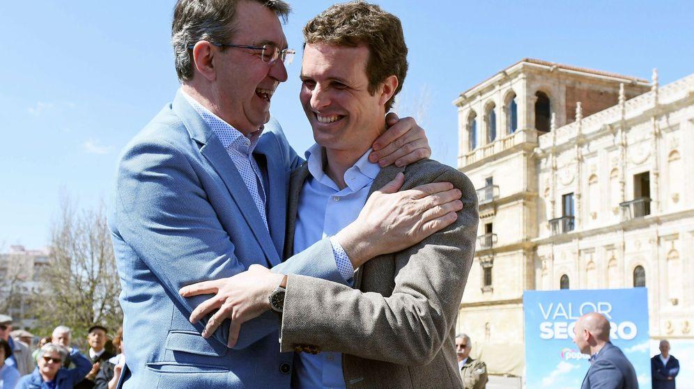 Foto:  Juan Martínez Majo, quien deja la presidencia de la diputación, junto a Pablo Casado. (EFE)