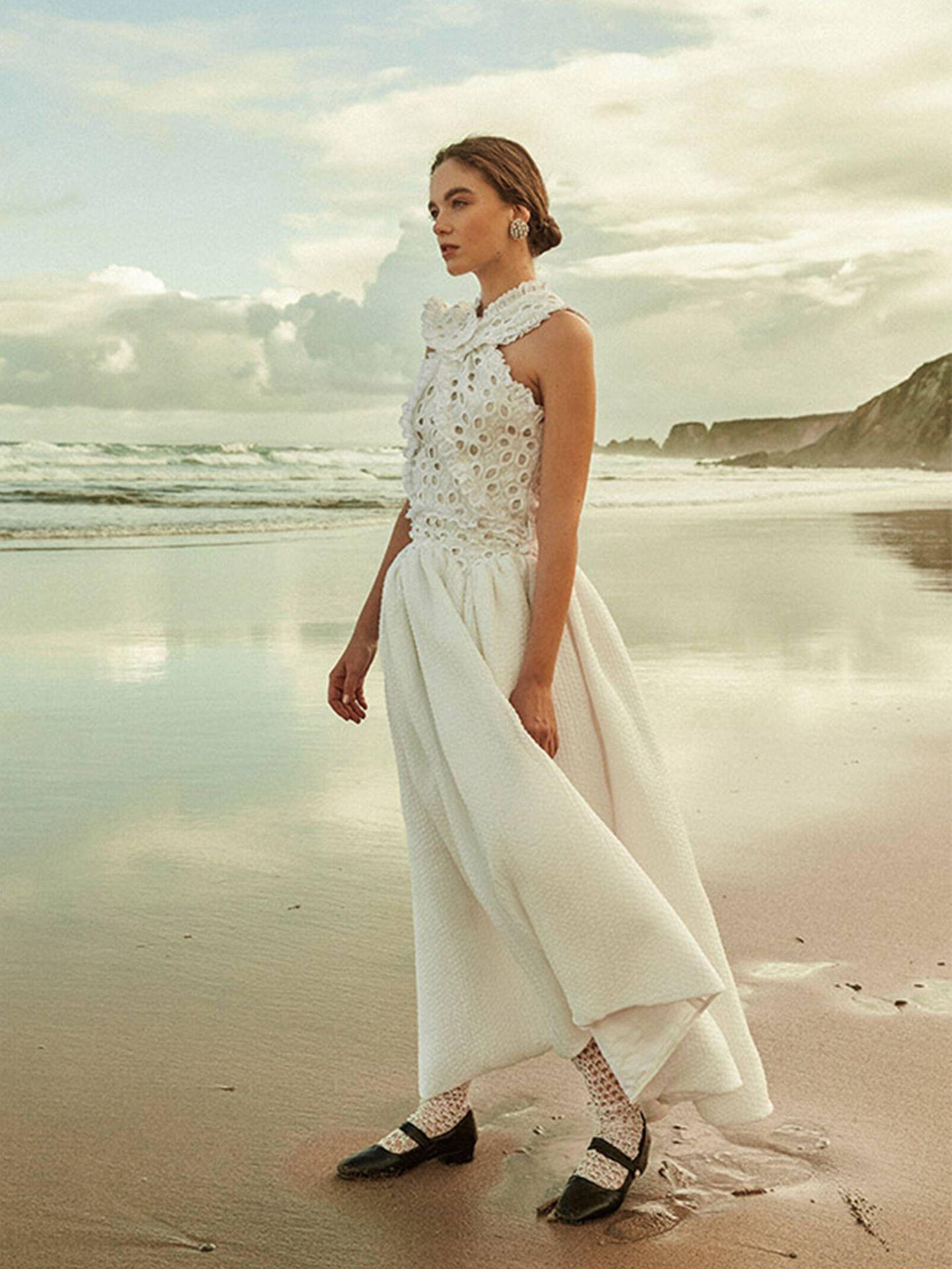 Vestido de novia con colorido detalle en el torso de Romancera. (Cortesía)
