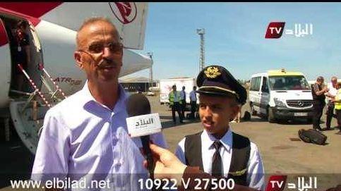 Suspenden a dos pilotos por dejar llevar el avión a un niño