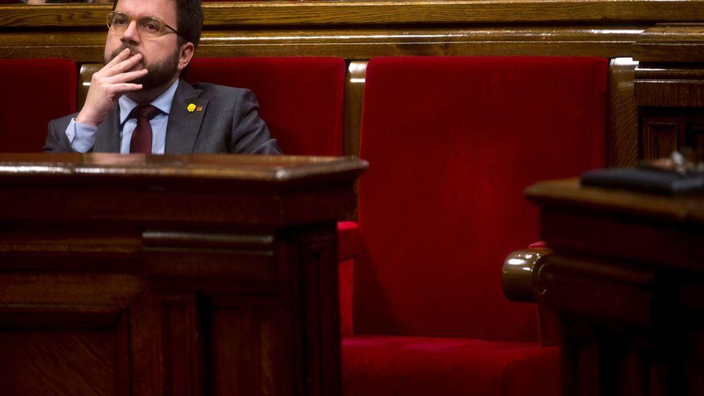 Foto: El vicepresidente de la Generalitat, Pere Aragonès (i), junto al escaño vacío del presidente Quim Torra. (EFE)