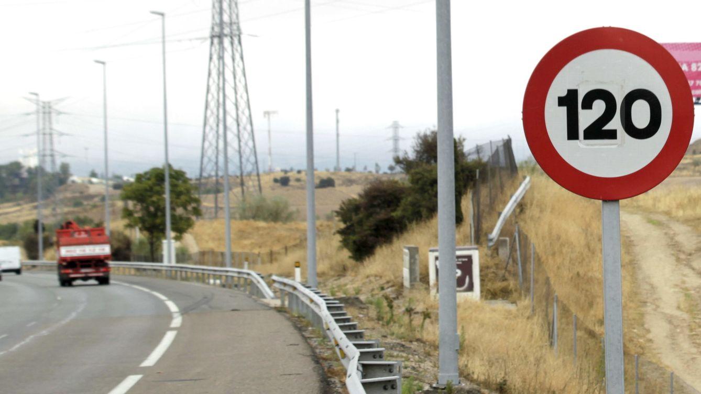 Foto: Una señal de 120 en una carretera española. (EFE)