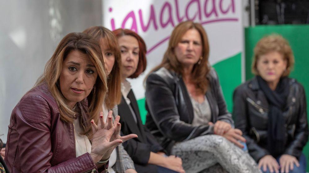 Foto: La secretaria general del PSOE de Andalucía, Susana Díaz (c), durante el encuentro con colectivos de mujeres con motivo del Día de la Igualdad Salarial. (EFE)