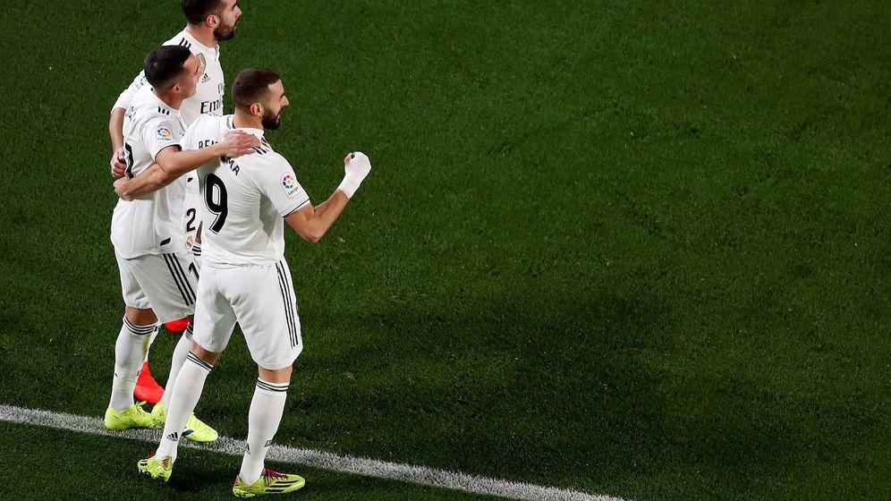 Foto: Benzema celebra con Carvajal y Lucas Vázquez el gol que el gallego marcó a pase suyo en el Camp Nou. (EFE)