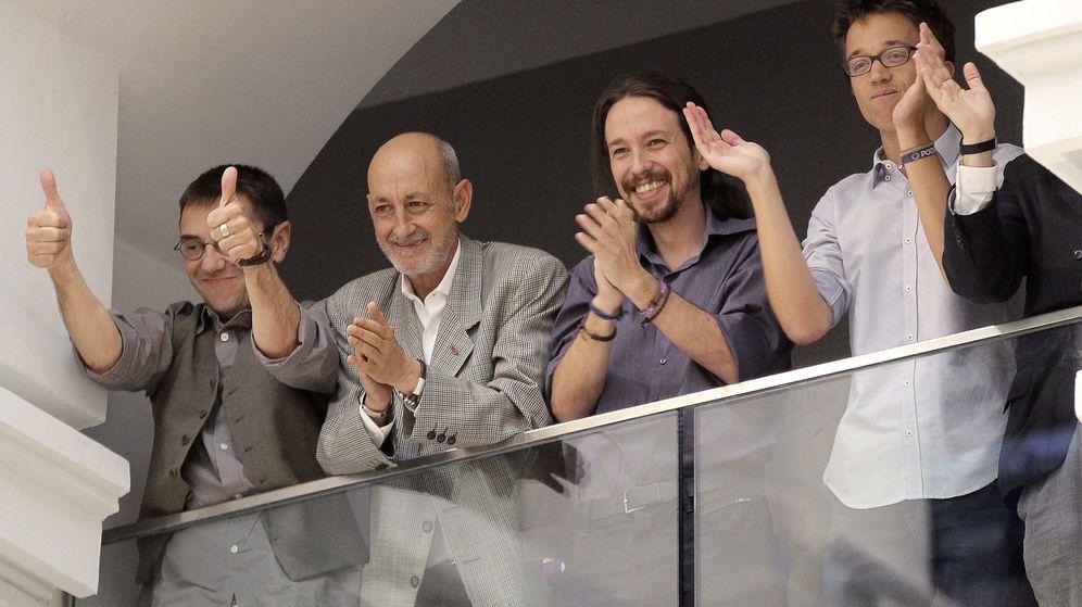 Foto: El exdirigente de Podemos Juan Carlos Monedero, el secretario general municipal, Jesús Montero, Pablo Iglesias e Íñigo Errejón, tras la investidura de Manuela Carmena. (EFE)