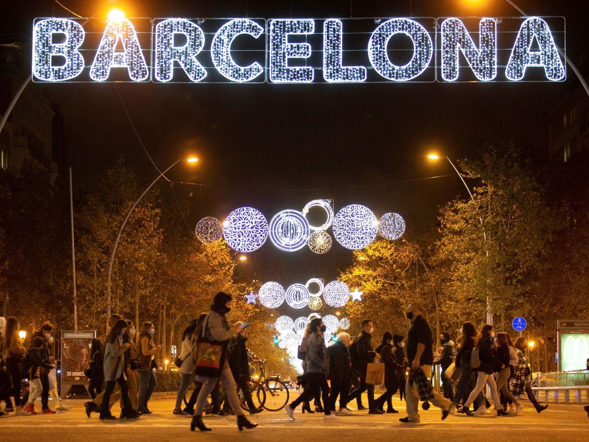 Foto: Barcelona iluminada con las luces de Navidad (EFE)