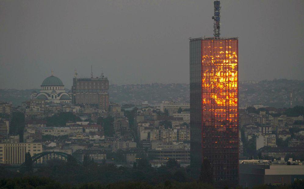 Foto: La puesta de sol se refleja en la Torre Usce de Belgrado, en agosto de 2014 (Reuters)