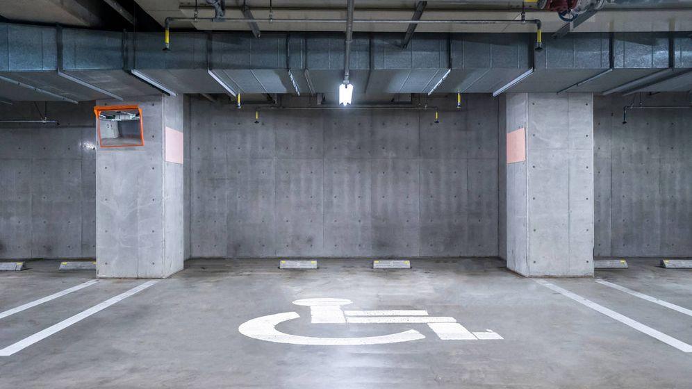 Foto: En una plaza para minusválidos, ¿se pueden aparcar dos coches? (iStock)