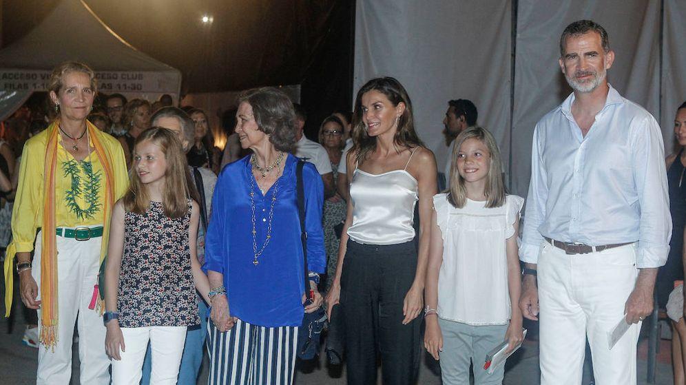Foto: La infanta Elena, la princesa Leonor (detrás, la princesa Irene), la reina Sofía, la reina Letizia, la infanta Sofía y el rey Felipe, en Port Adriano. (Limited Picures)