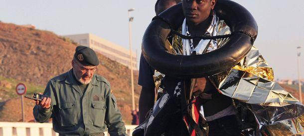 Foto: Inmigrantes subsaharianos, en una foto de archivo, a su llegada a una playa de Ceuta. (Efe)