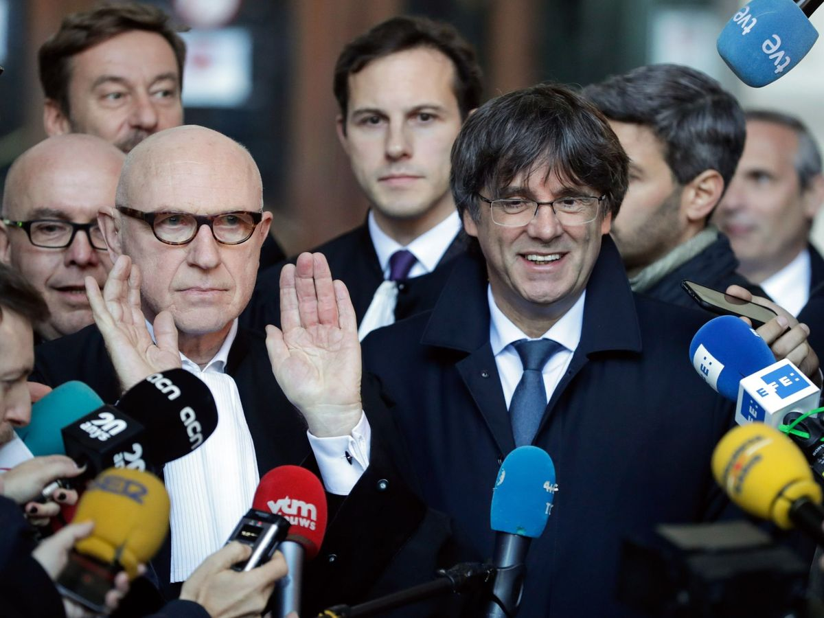 Foto: El expresidente catalán Carles Puigdemont junto a su abogado Paul Bekaert. (EFE))