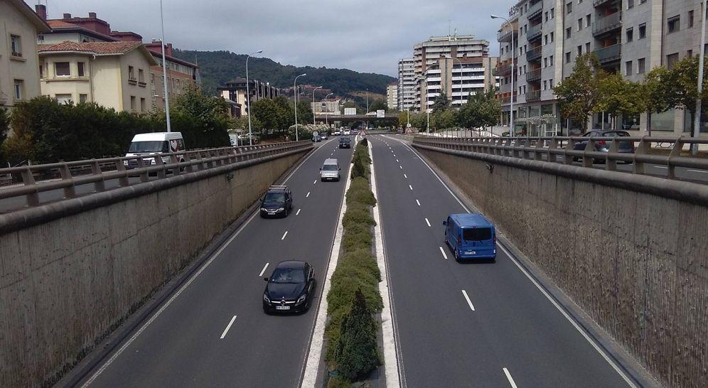 Foto: Varios vehículos transitan por la avenida de Tolosa. La fotografía está realizada desde donde se coloca el radar móvil. (EC)