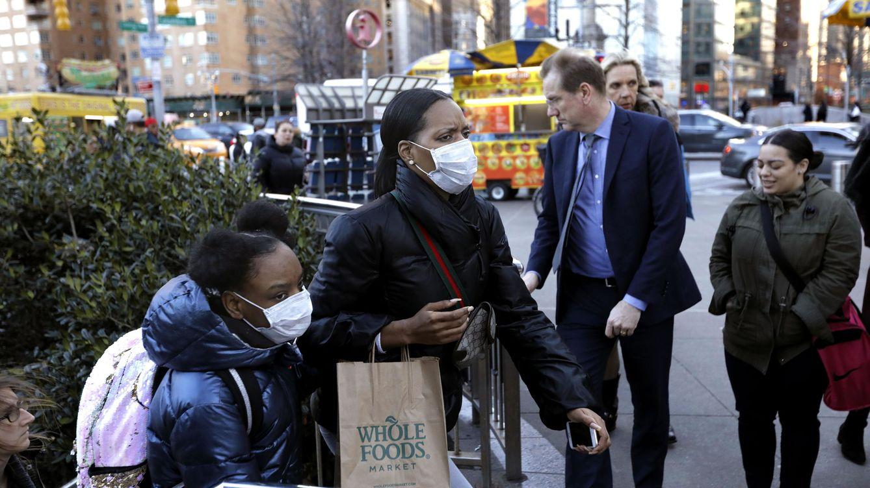 Foto: Ciudadanos con mascarillas en Nueva York (EFE)
