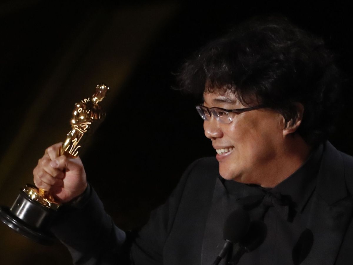 Foto: BonJoon-ho recoge el Oscar a Mejor guión. (Efe)