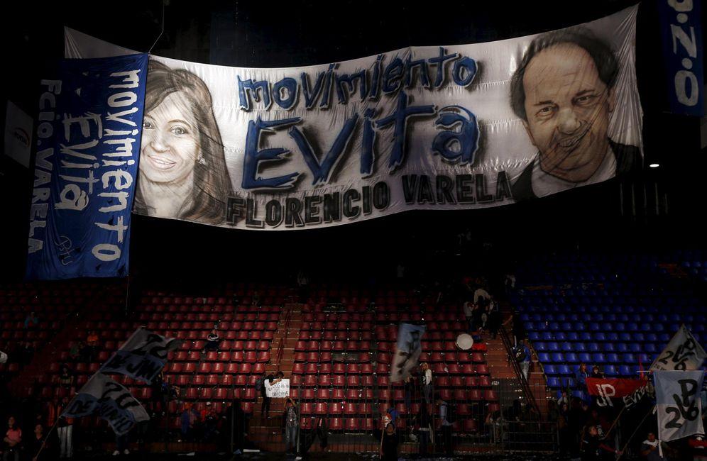 Foto: La sede del partido Frente para la Victoria, de Kirchner, con un cartel de Scioli, en Buenos Aires (Reuters).