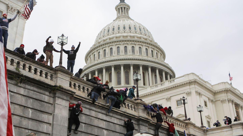 La turba de manifestantes se hace eco de las acusaciones desmentidas de Trump sobre un supuesto fraude electoral. (EFE)