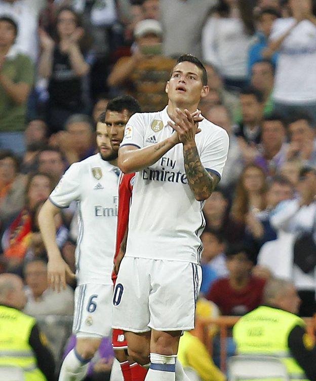 Foto: En la imagen, James Rodríguez se despide de la afición del Real Madrid. (Cordon Press)