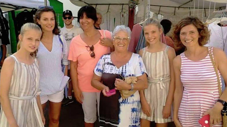 Letizia y sus hijas acceden a fotografiarse con aquellas personas que se lo han pedido. (Diario de Mallorca)