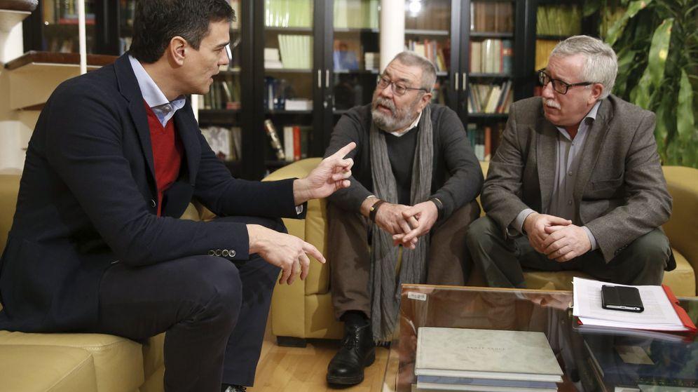 Foto: Pedro Sánchez, con los secretarios generales de UGT y Comisiones Obreras, Cándido Méndez e Ignacio Fernández Toxo, este 10 de febrero en el Congreso. (EFE)