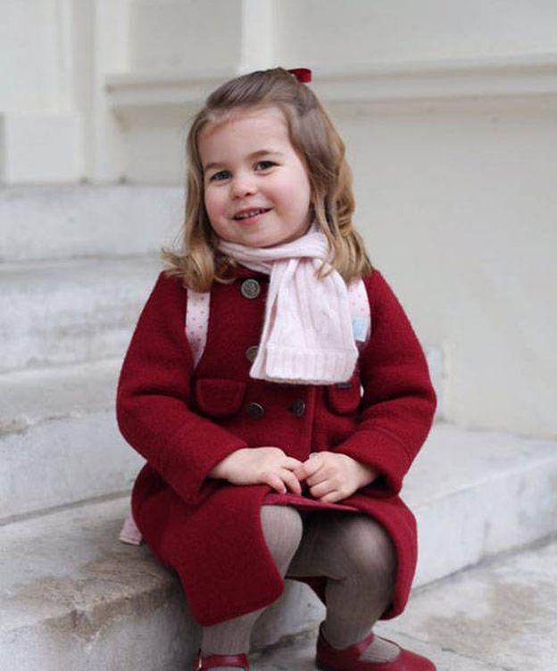 Foto:  La princesa Charlotte posa en las puertas de Kensington Palace.
