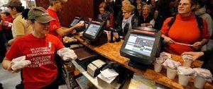 Foto: ¿Puede una empresa de comida rápida exigir una carrera y dos años de experiencia para trabajar de cajero?