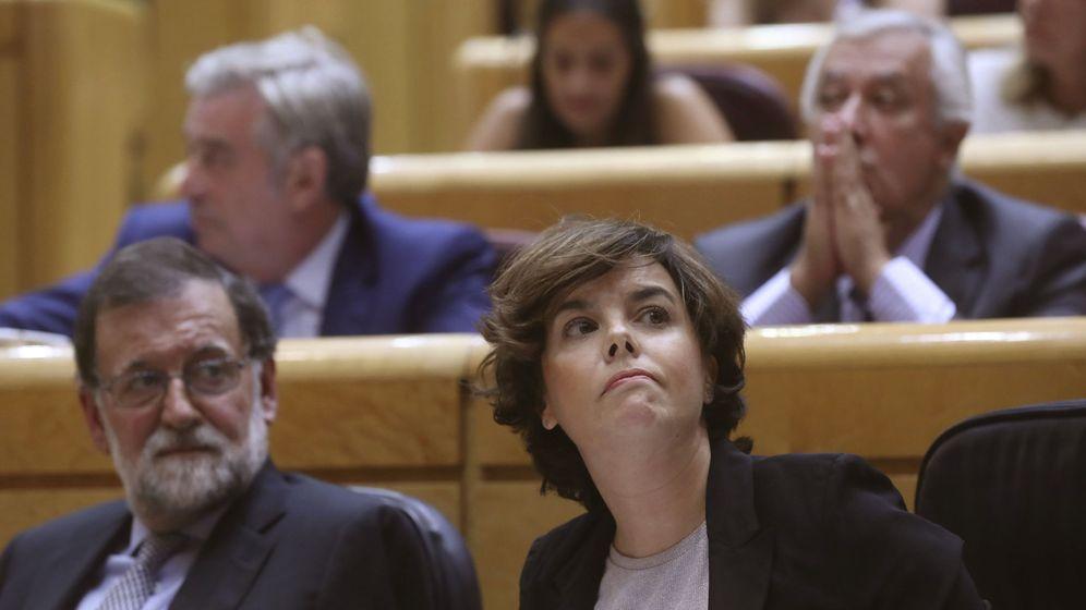 Foto: El presidente del Gobierno, Mariano Rajoy, junto a la vicepresidenta, Soraya Sáenz de Santamaría, durante la sesión de control al Ejecutivo en el Senado. (EFE)