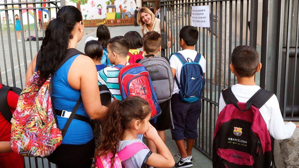 Foto: Niños a la puerta del colegio. (EFE)