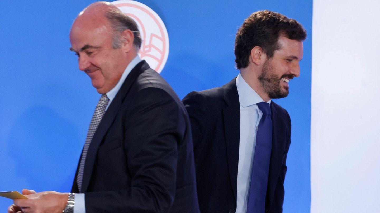 El líder del PP, Pablo Casado (d), junto al vicepresidente del Banco Central Europeo (BCE), Luis de Guindos. (EFE)