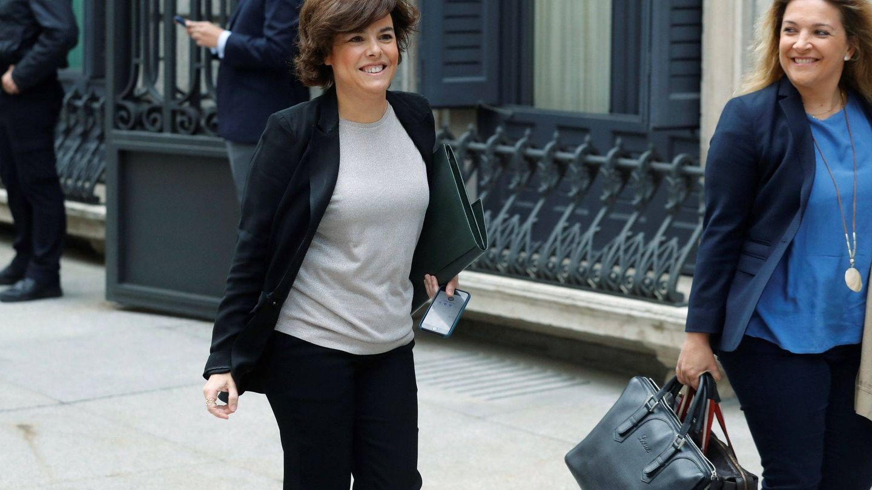 El bolso de la vicepresidenta del Gobierno Soraya Sáez de Santamaría, a su llegada al hemiciclo. (EFE)