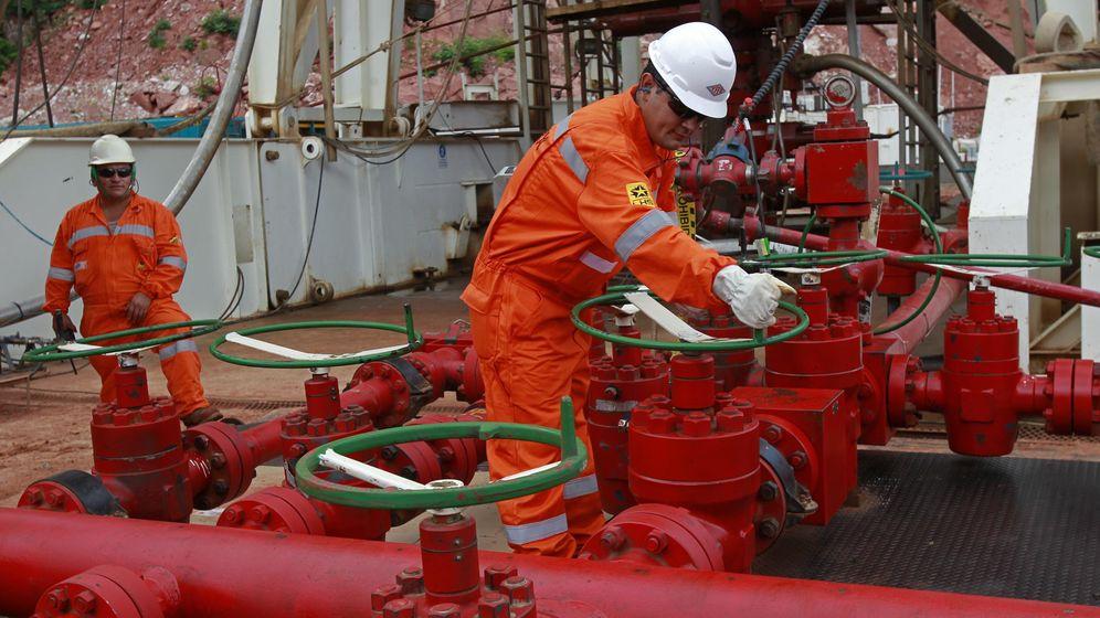 Foto: Operarios de Repsol en una nueva reserva de gas en Bolivia.(EFE)