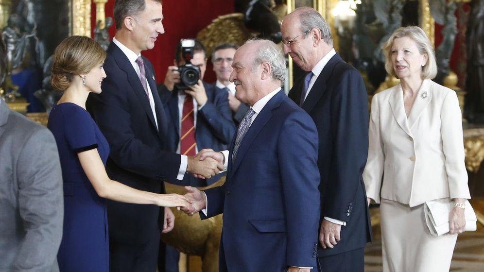 Foto: La reina Letizia saluda a Fernando Almansa en una recepción en el Palacio Real durante el Día de la Hispanidad. (Gtres)