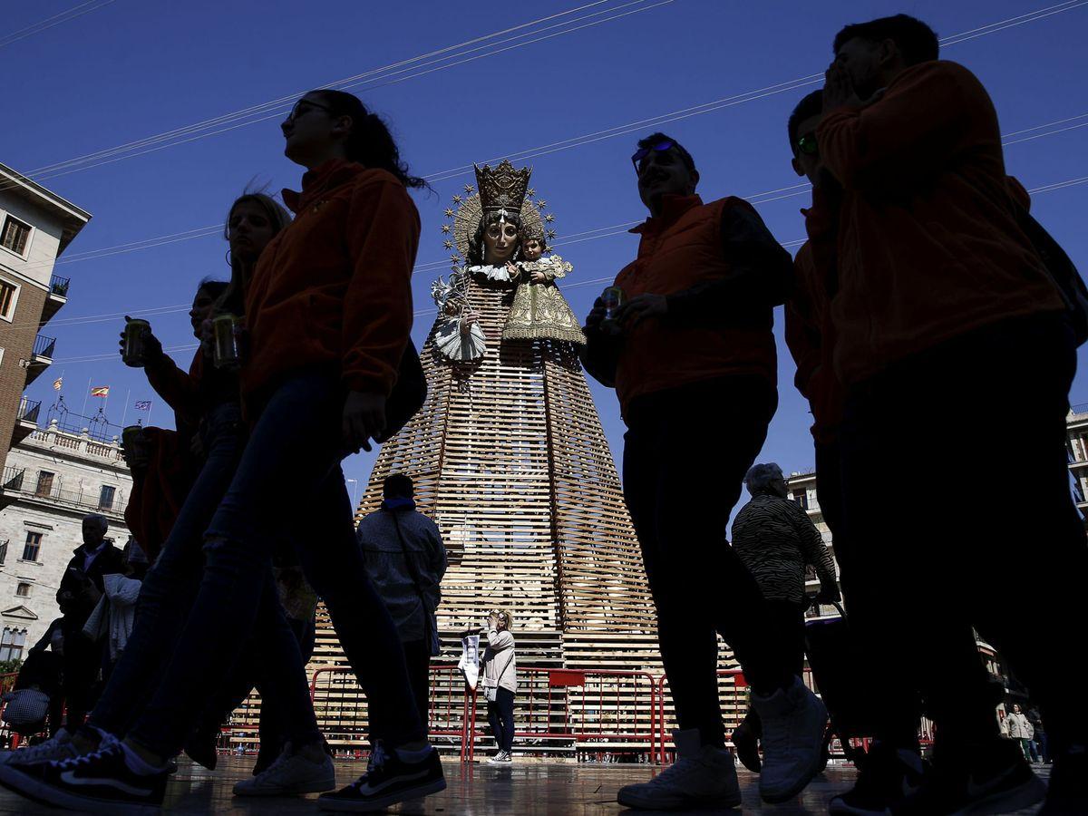 Foto: Imagen de la Virgen de los Desamparados, patrona de Valencia, durante las Fallas (EFE)