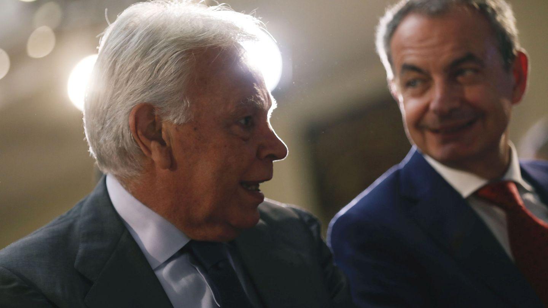 Los expresidentes del Gobierno Felipe González y José Luis Rodríguez Zapatero, el pasado 1 de octubre en el acto en La Moncloa de entrega de los 'sellos de ETA'. (Reuters)