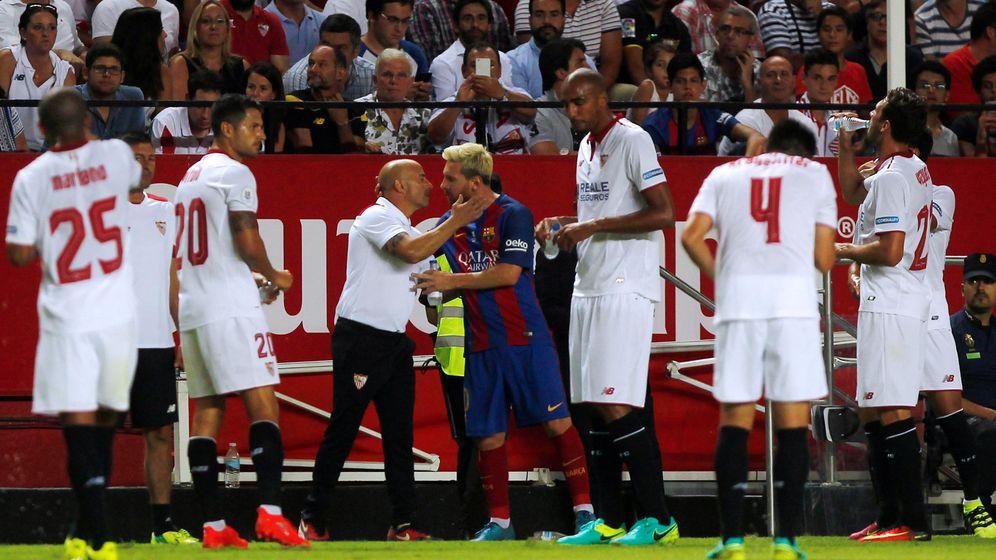 Foto: Jorge Sampaoli saluda a Leo Messi durante el Sevilla-FC Barcelona. (REUTERS)