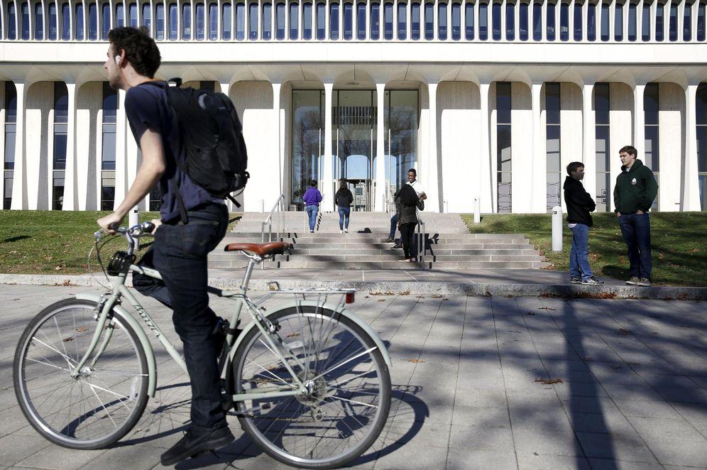 Foto: Un ciclista pasa por delante de la Escuela de Relaciones Internacionales Woodrow Wilson en Princeton, en noviembre de 2015 (Reuters)