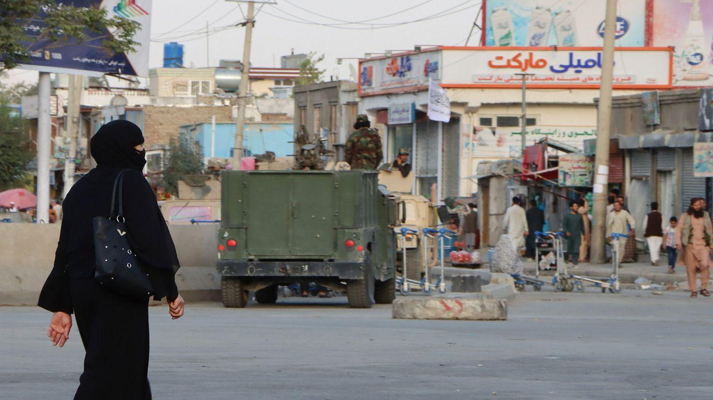 Una mujer camina frente a un control talibán cerca del aeropuerto de Hamid Karzai, en Kabul. (EFE)