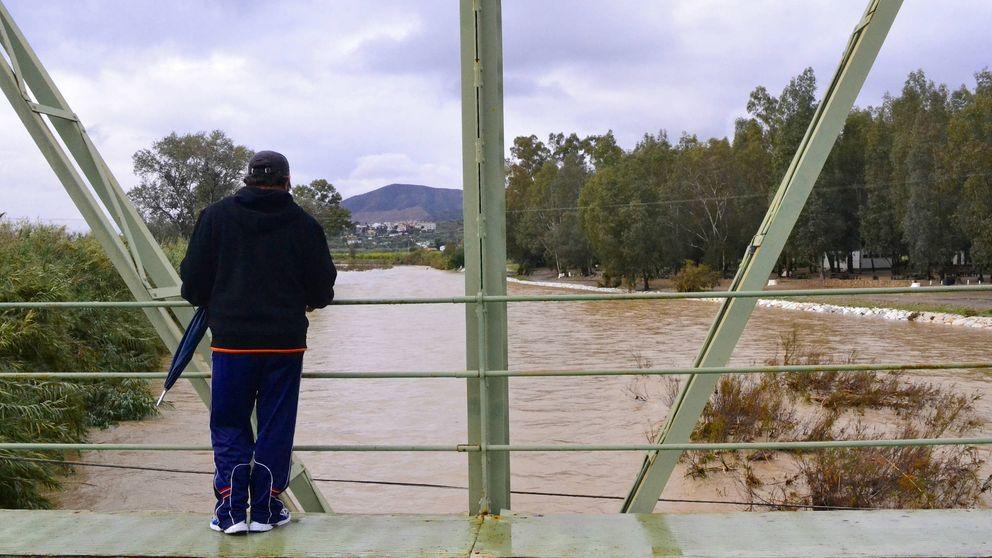 Hallan un cadáver maniatado en la desembocadura del río Guadalhorce en Málaga