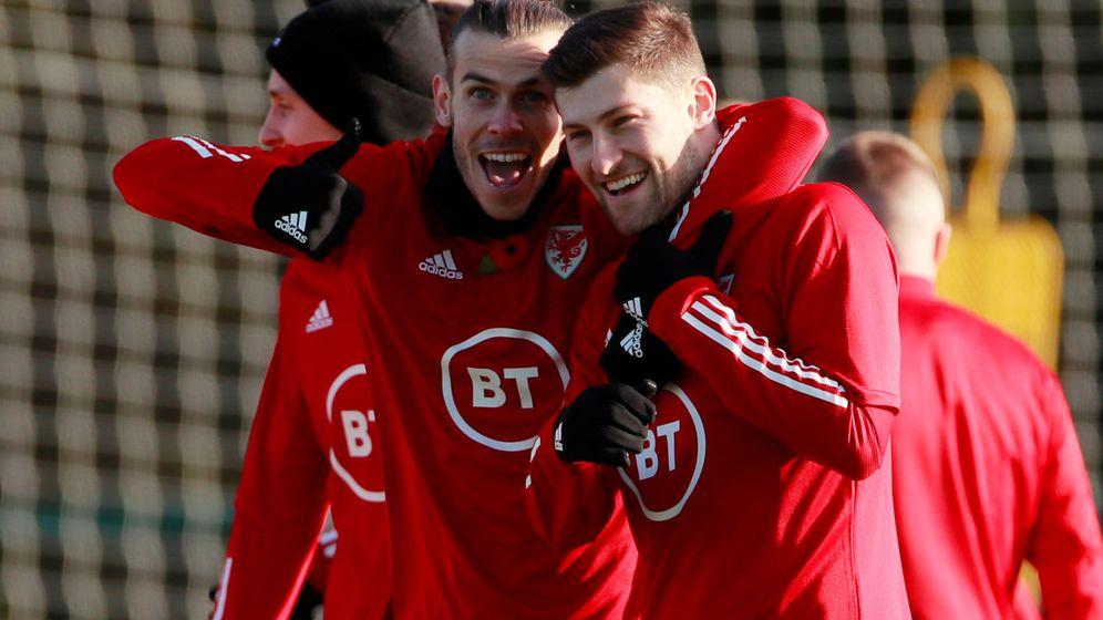 Foto: Gareth Bale se abraza a Ben Davies durante el entrenamiento con la seleción de Gales. (Reuters)