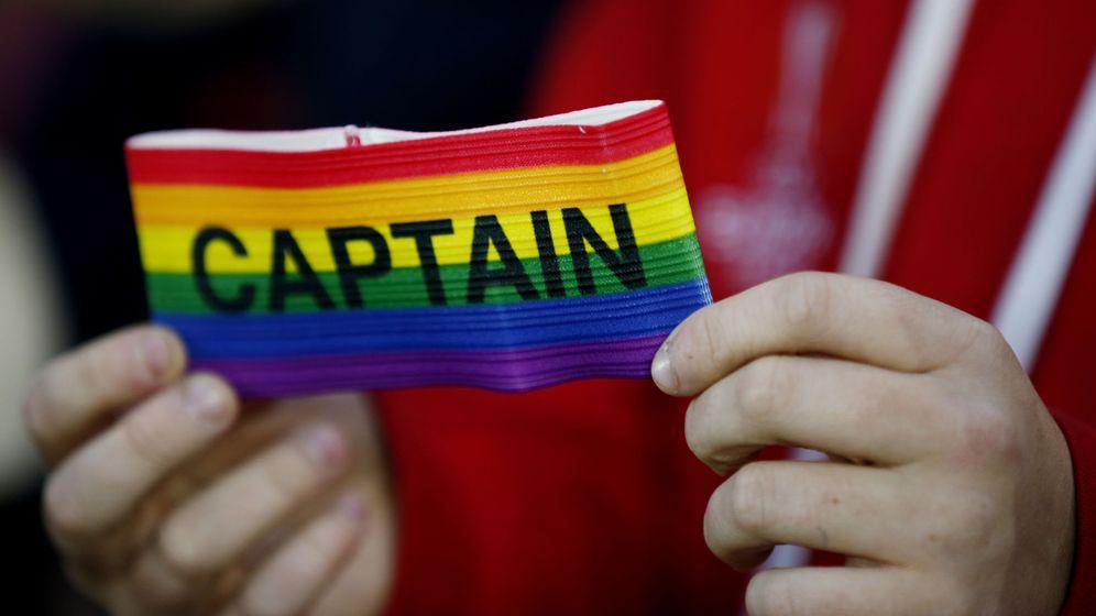 Foto: Un brazalete de capitán con la bandera arco iris. (Reuters)