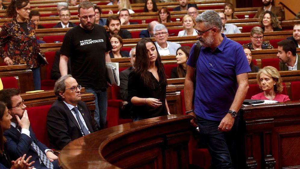 Foto: Los cuatro diputados de la CUP Carles Riera(d) , Maria Sirvent (2d), Vidal Aragonés (2i) y Natalia Sánchez (i) abandonan el hemiciclo del Parlament. (EFE)