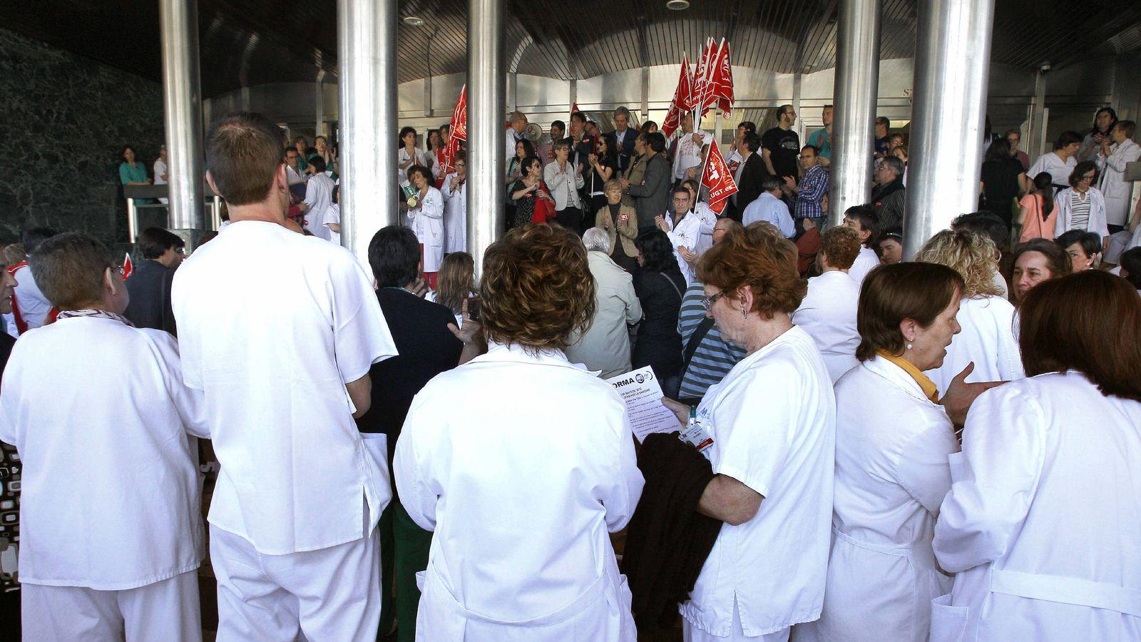 Foto: Trabajadores del hospital Ramón y Cajal, en una protesta en mayo de 2012. (EFE)