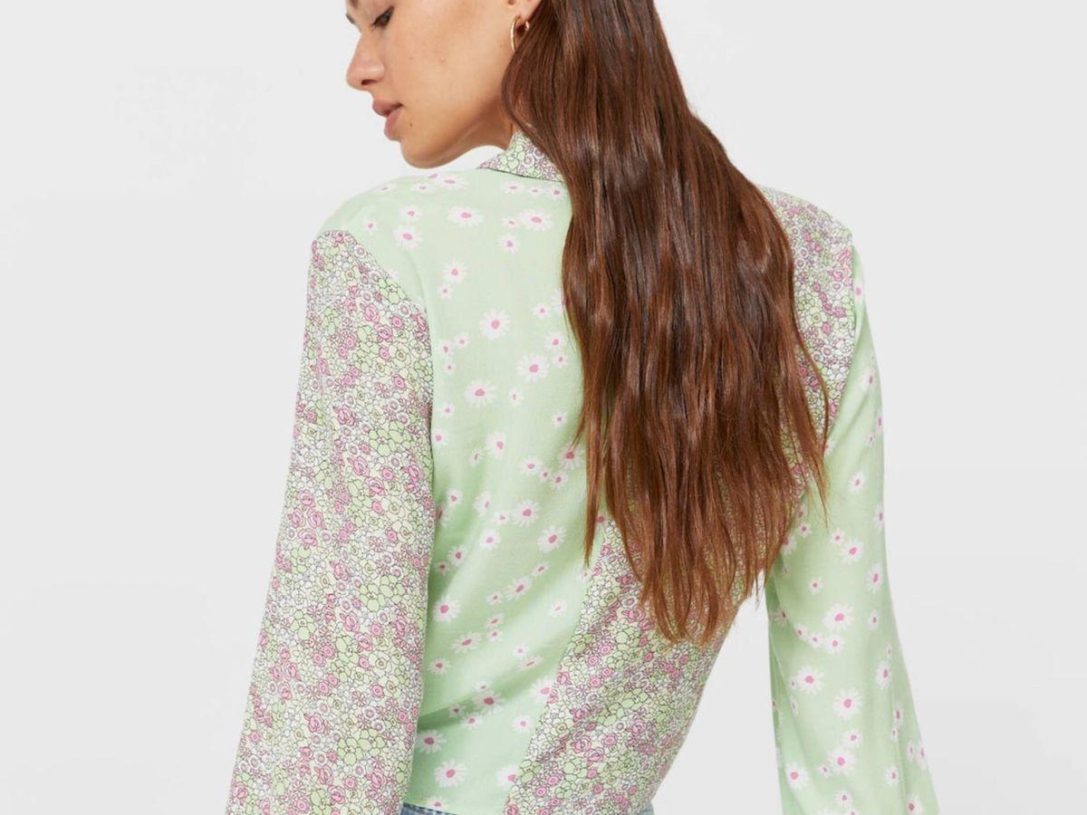 Foto: La camisa de flores de Stradivarius. (Cortesía)