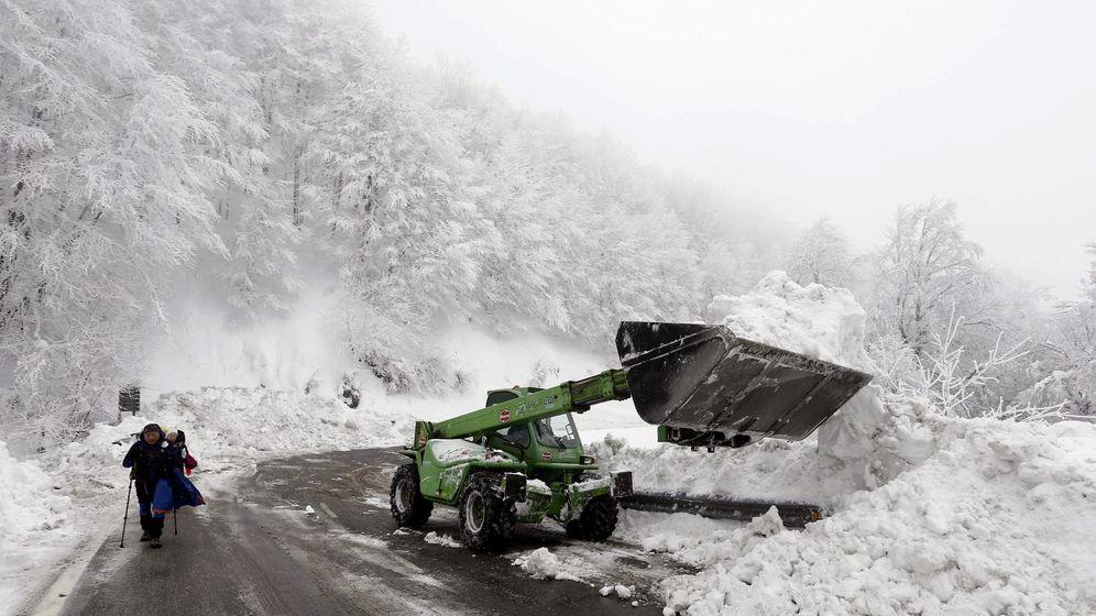 Foto: Una pala saca nieve de la carretera en el alto de Ibañeta, en Navarra, este viernes. (EFE)