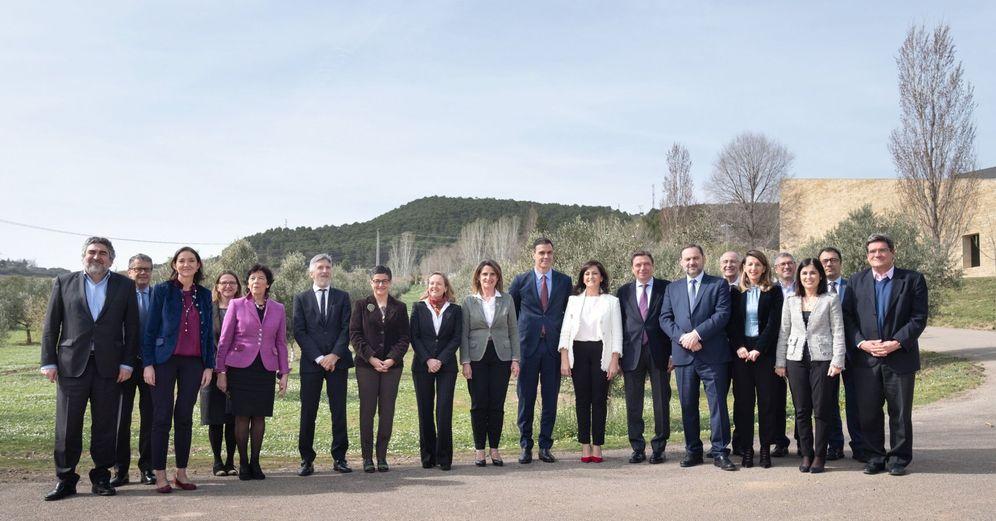Foto: Pedro Sánchez y la presidenta de La Rioja, Concha Andreu, con 12 ministros del Gobierno, este 28 de febrero en la bodega de La Grajera. (EFE)