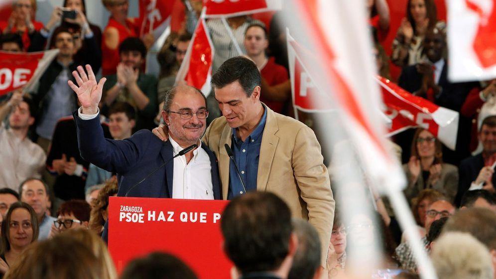 Foto: El secretario general del PSOE, Pedro Sánchez (d), junto al candidato a revalidar la presidencia del Gobierno de Aragón, Javier Lambán. (EFE)