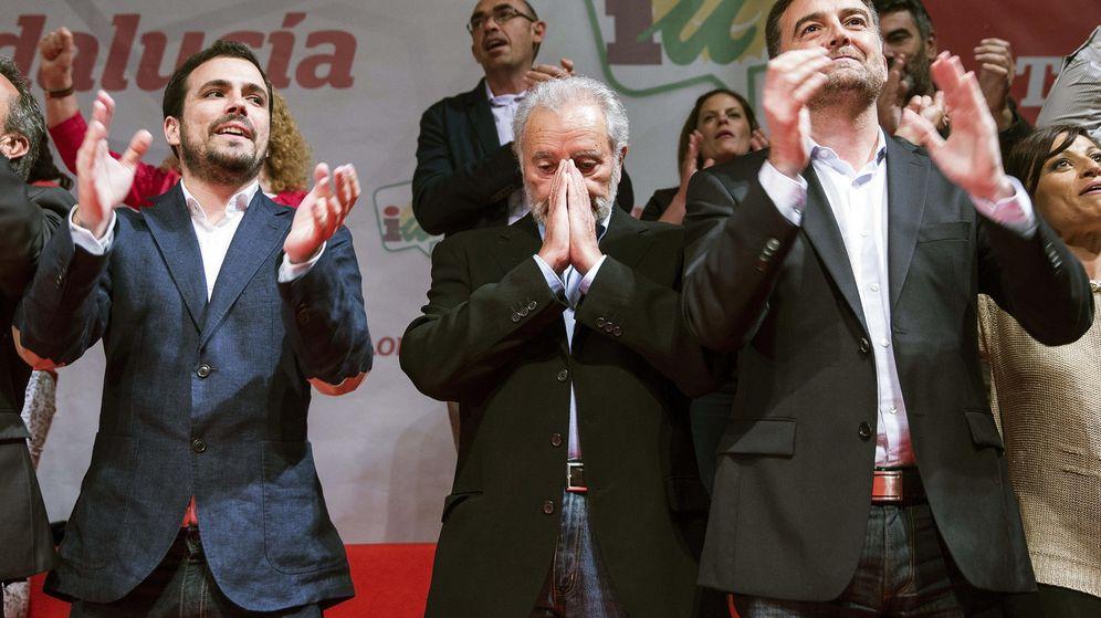 Foto: Alberto Garzón, Julio Anguita y Antonio Maíllo en el mitin de Málaga. (EFE)