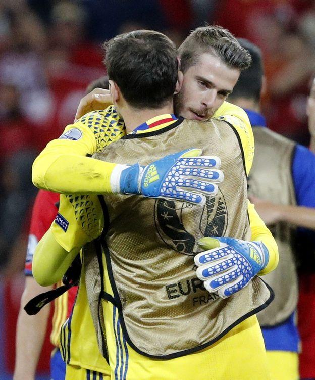 Foto: Casillas y De Gea se abrazan tras el triunfo de España ante Turquía. (EFE)